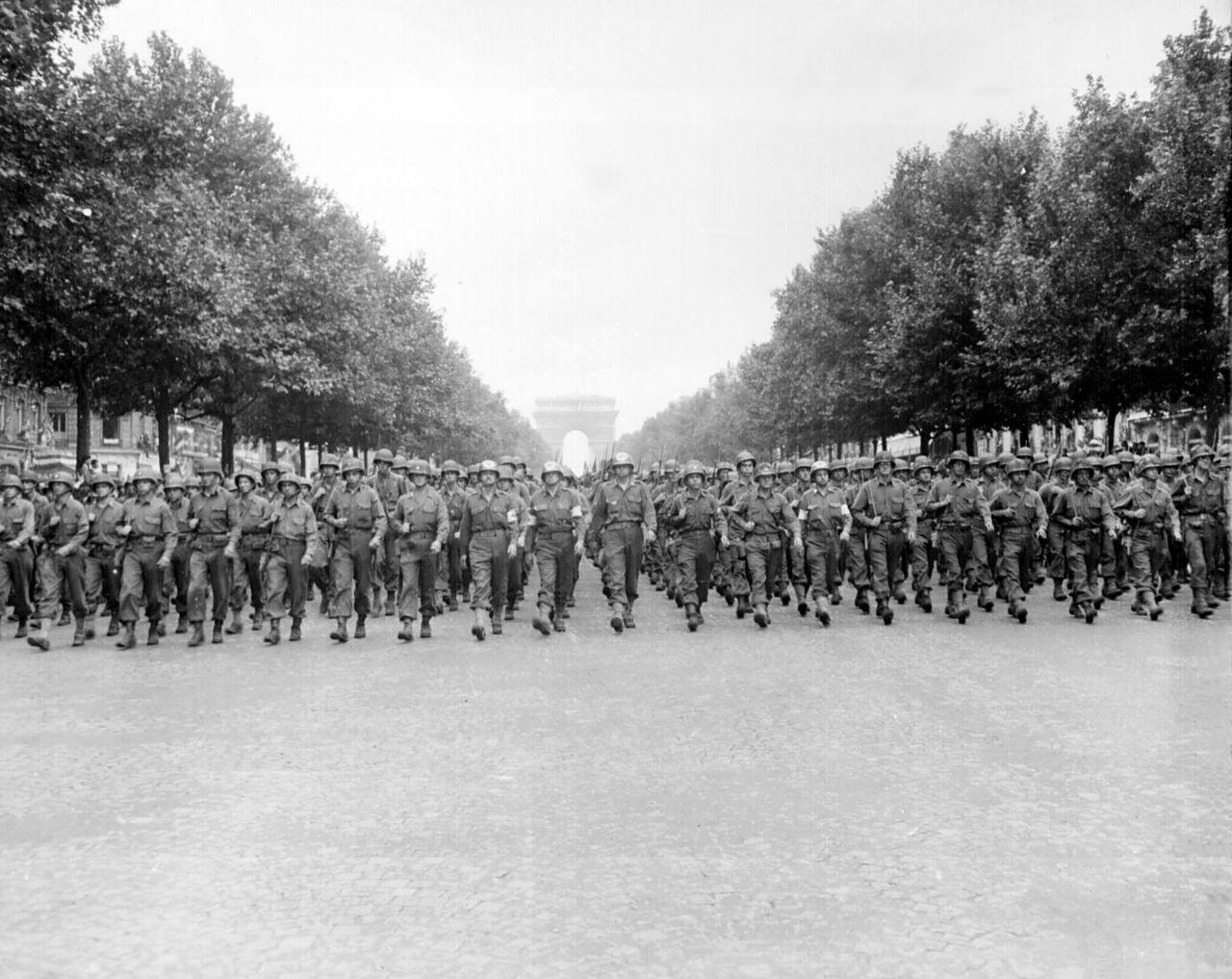 ถนนฌ็องเซลิเซ่ -สวนสนามหลังปลดปล่อยปารีส