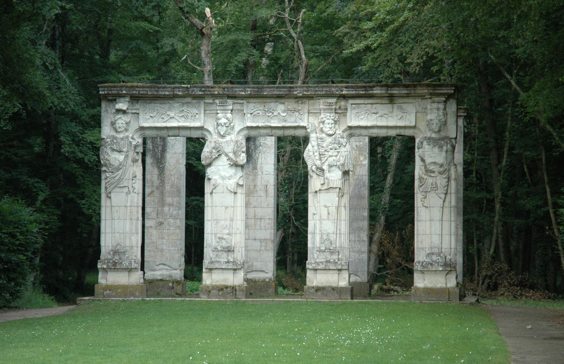 ปราสาทเชอนงโช -เสาหินกลางสวนสวย