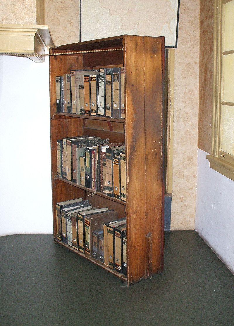 พิพิธภัณฑ์บ้านแอนน์ แฟรงค์ -ตู้หนังสือเก่า