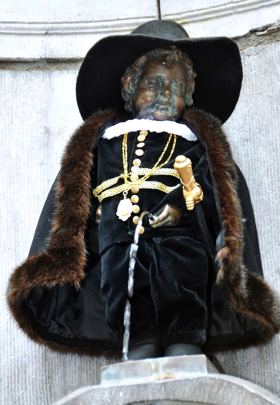รูปปั้นแมนิเกนพีส-เเต่งกายตามเทศกาล