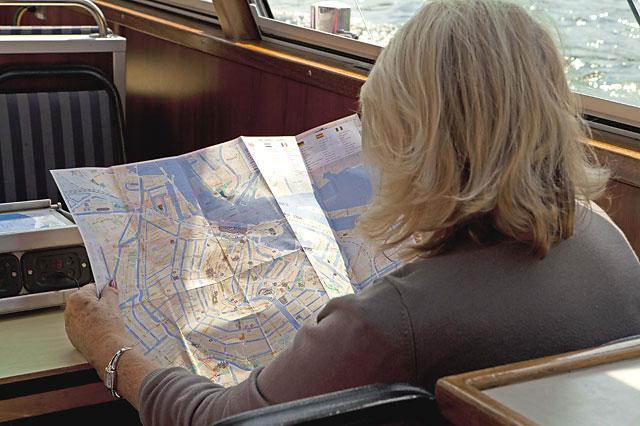 ล่องเรือในอัมสเตอร์ดัม -นั่งดูเเผนที่