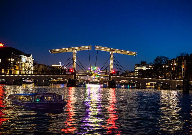 ล่องเรือในอัมสเตอร์ดัม -ผ่านสะพานยกอันโด่งดัง
