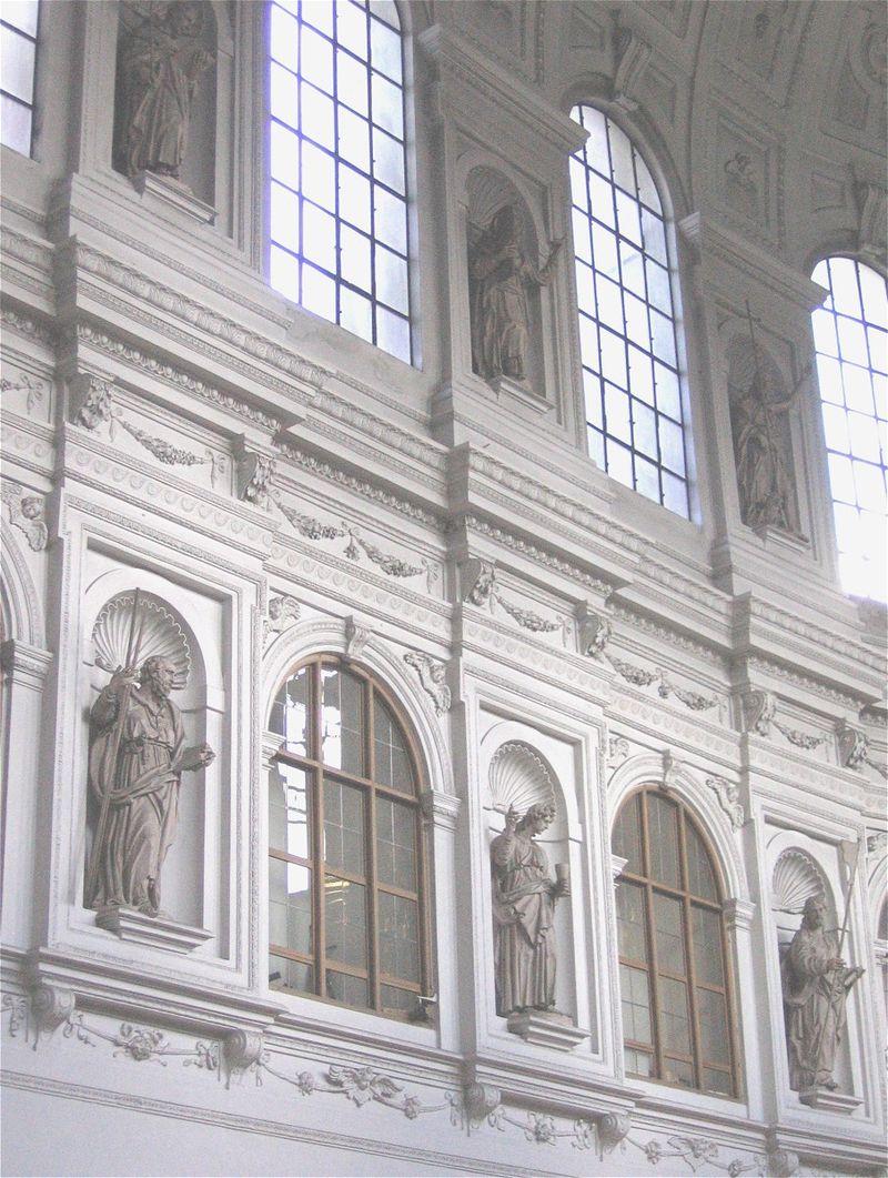 โบสถ์เซนต์ไมเคิล-การตกเเต่ง