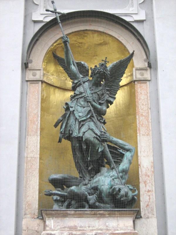 โบสถ์เซนต์ไมเคิล-ประติมากรรมเซนต์ไมเคิล