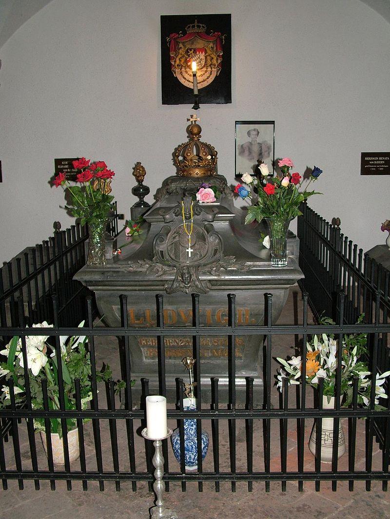 โบสถ์เซนต์ไมเคิล-หลุมพระศพ