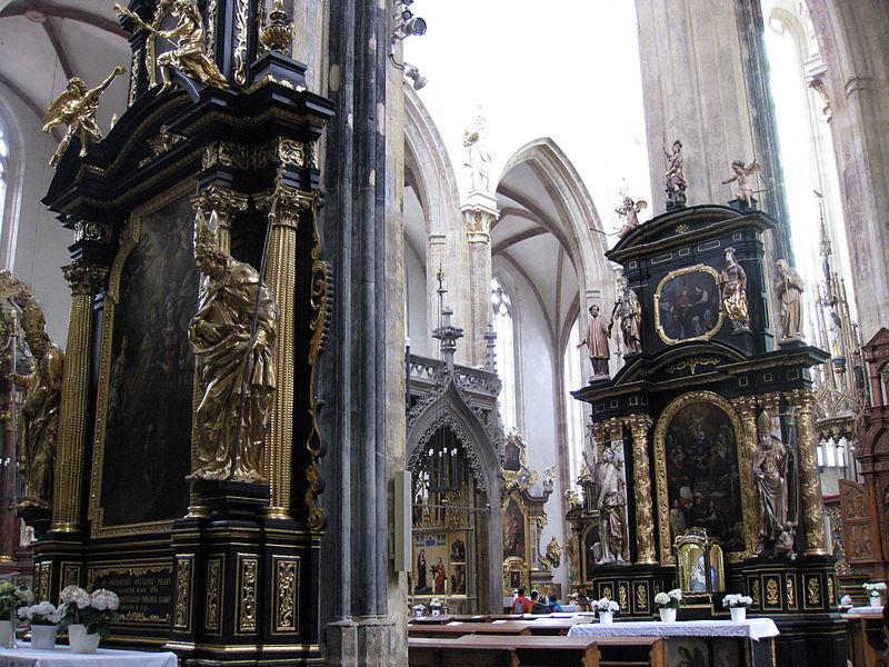 โบสถ์ดิน-ภายในตกเเต่งอย่างสวยงาม
