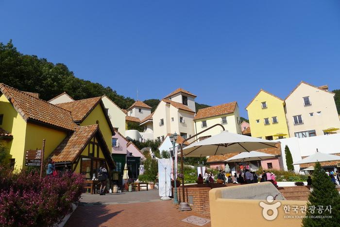 10 สถานที่น่าเที่ยวในเกาหลี -หมู่บ้านฝรั่งเศสปิตติฟรองซ์