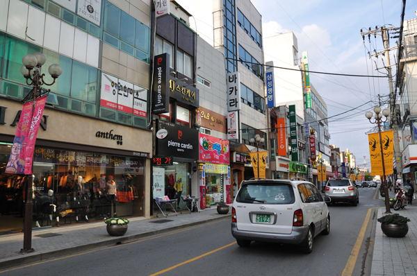 10 เเหล่งช็อปปิ้งสุดฮิตในเกาหลี -ย่านเมียงดงเเห่งเคียงจู