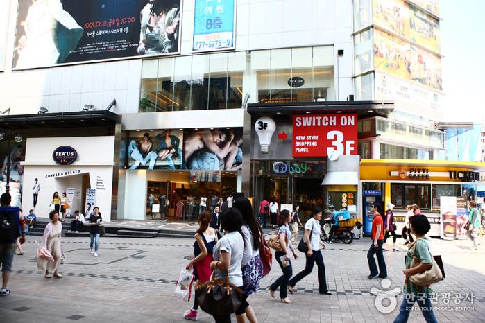10 เเหล่งช็อปปิ้งสุดฮิตในเกาหลี -ย่านเมียงดง